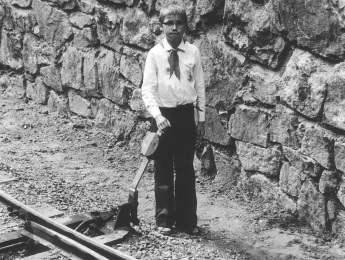 7. September 1975: Einen Tag nach der Eröffnung der Pioniereisenbahn durfte Hilmar Schmidt, Sechstklässler aus der Erich-Weinert-Oberschule, schon mal die Weiche stellen. Uniformen gab es damals noch nicht, dafür aber das Outfit der Thälmann-Pioniere.